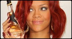 Rihanna segurando o frasco de seu perfume